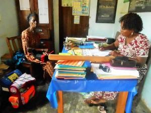 Übergabe der Materialien mit Gladys Dapam und der Schulleiterin